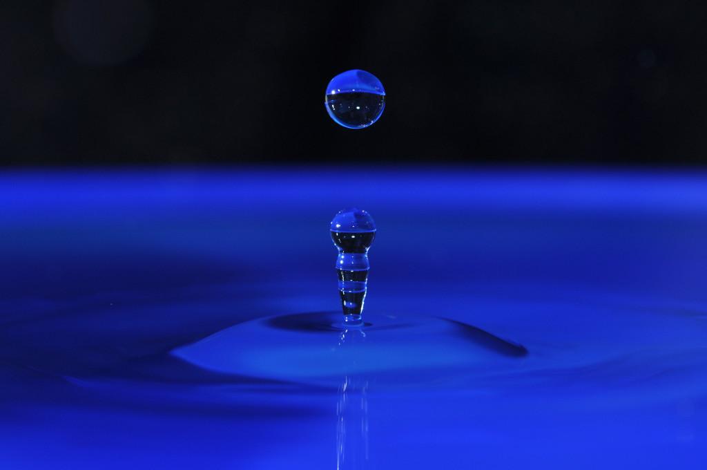 Wassertropfen-blau-2048