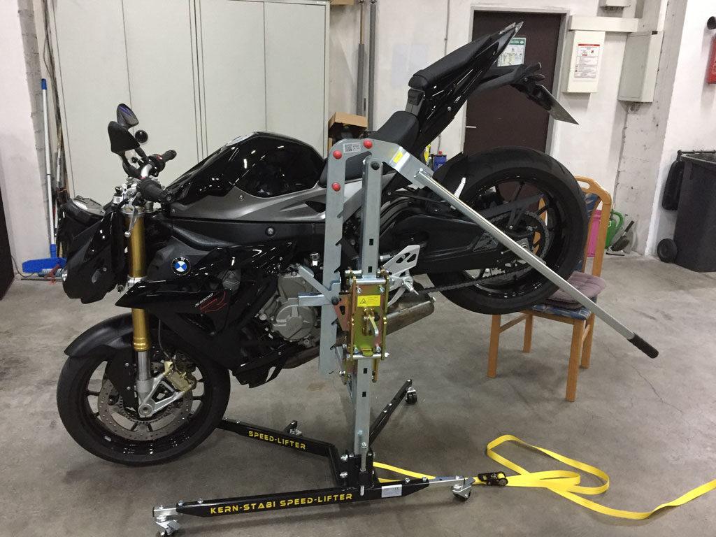 BMW S1000R Hinterrad anheben mit Kern-Stabi Speed-Lifter ohne Spanngurt