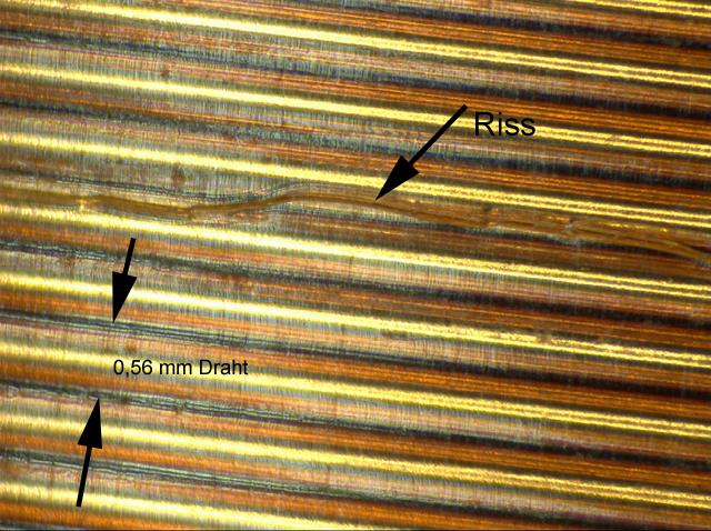 Risse im Lack der Sekundärspule unter dem Mikroskop
