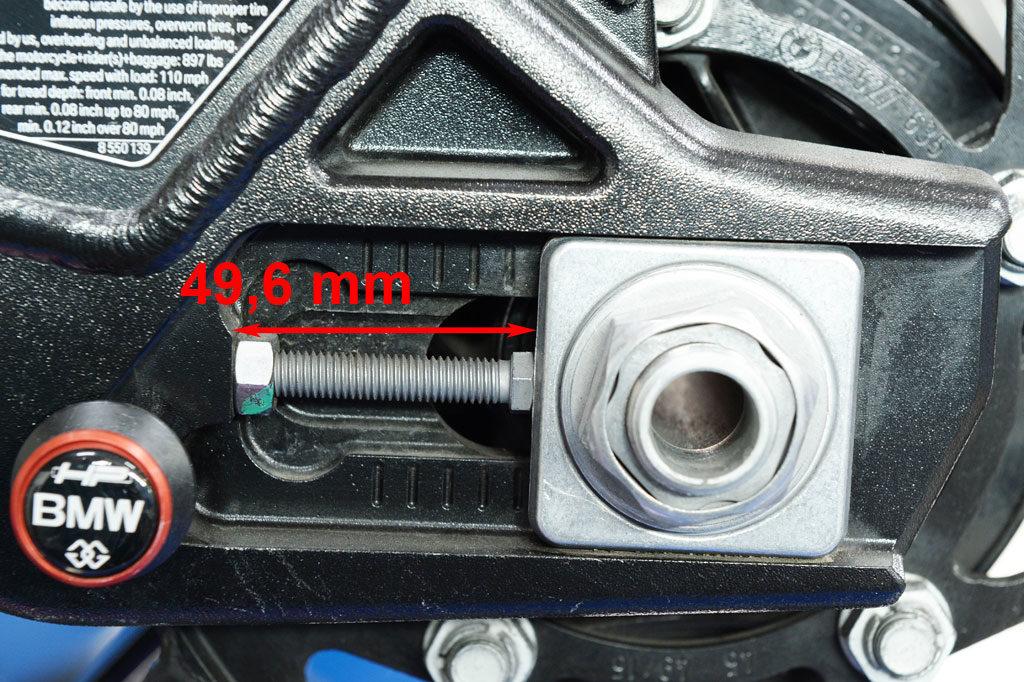 Kettenspanner links nach dem Einstellen 49,6 mm