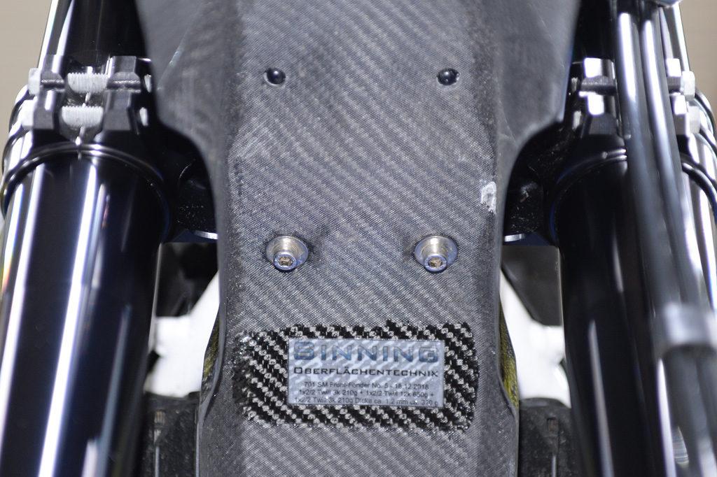 Montage des Carbon-Front-Fenders