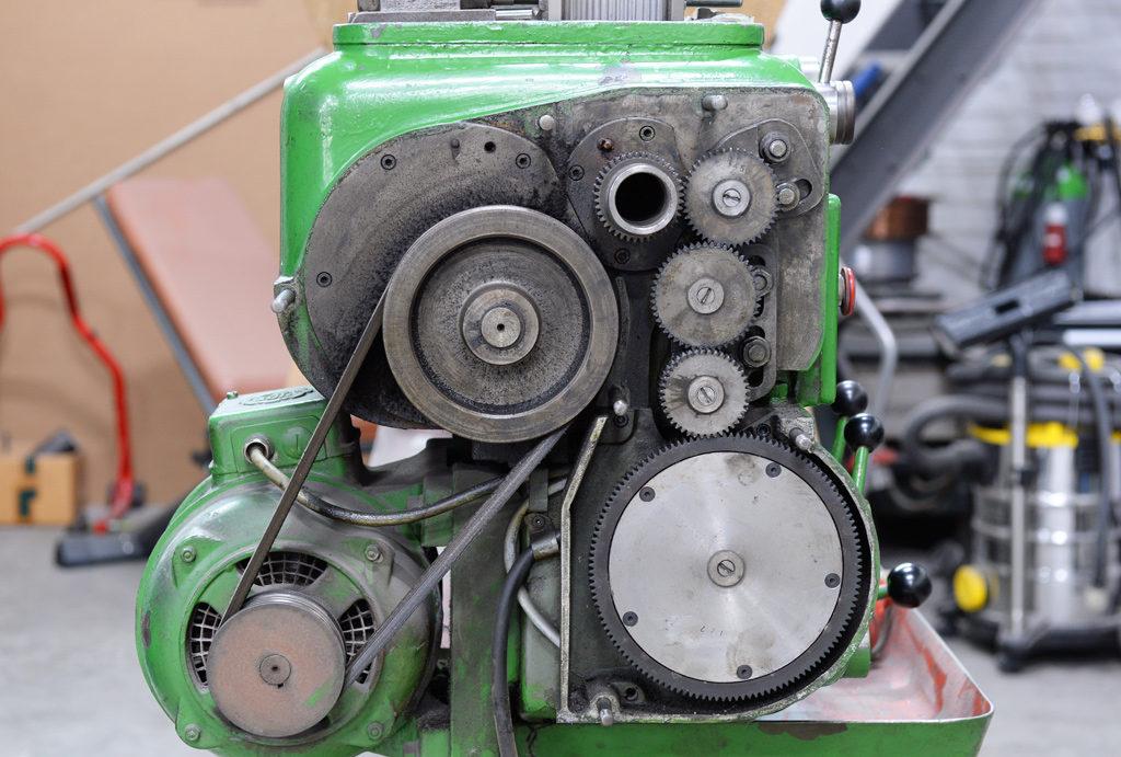 Ohne Abdeckung des Riementriebes: Blick auf die Wechselräder zum Gewindedrehen.