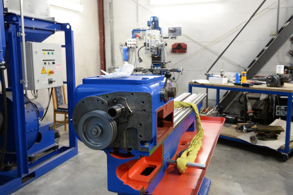 Zerspanungsbereich mit Fräsmaschine im Hintergrund